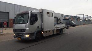 kleine betonpomp huren op vrachtwagen